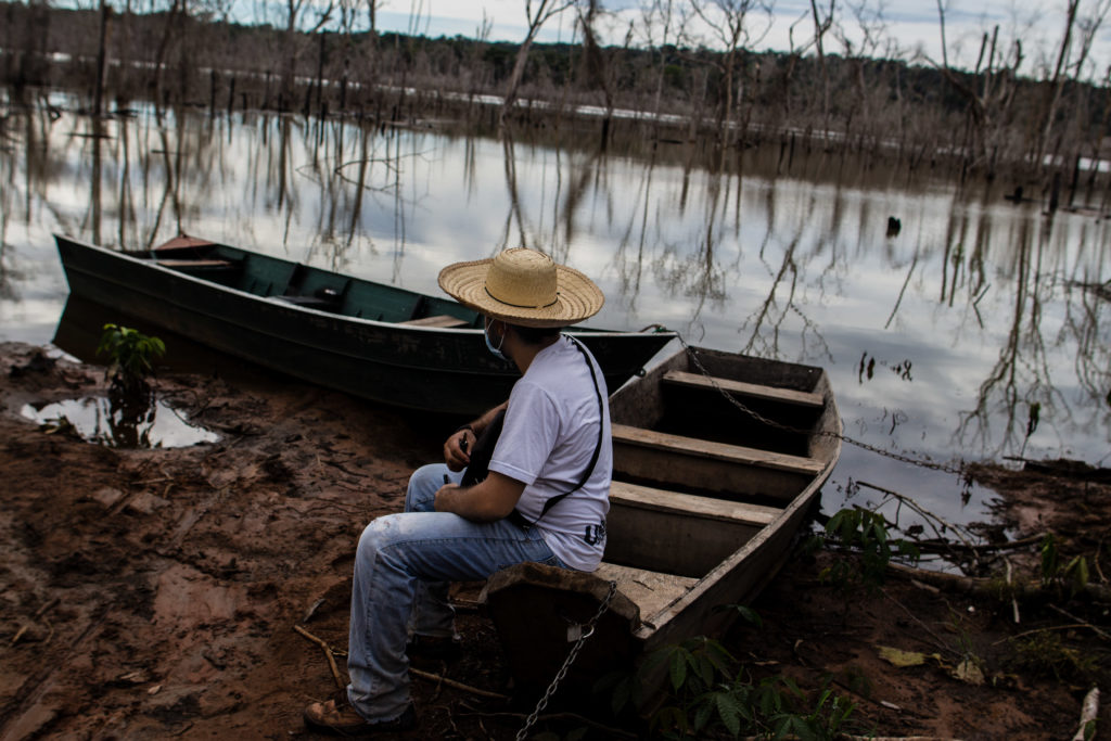 Homem observa o lago da usina de Sinop dentro da Gleba Mercedes. Foto Caio Mota Proteja Amazônia