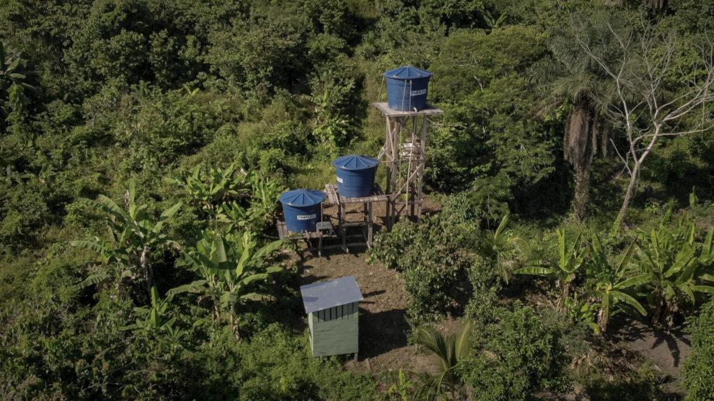 Sistemas elevados que distribuem água para as casas, ficam localizados em áreas estratégicas, o que demanda ainda maior esforço para fazer chegar os materiais de construção.  Foto: Daniel Govino.