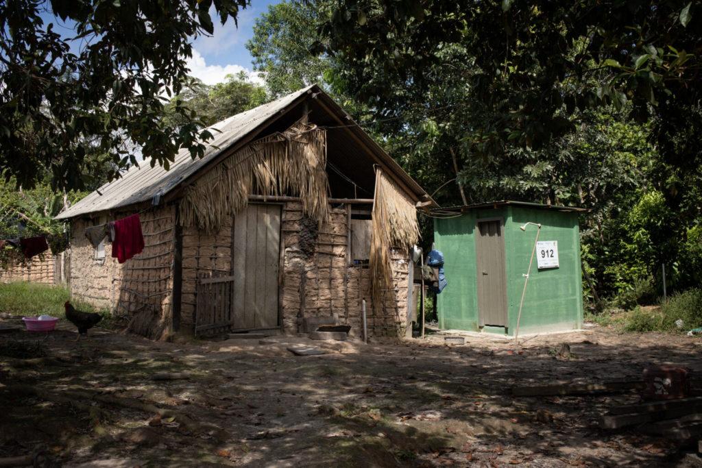Cada casa da aldeia recebe banheiros, pia e água instalada na cozinha e estrutura com caixa dágua para armazenamento. Foto: Daniel Govino.
